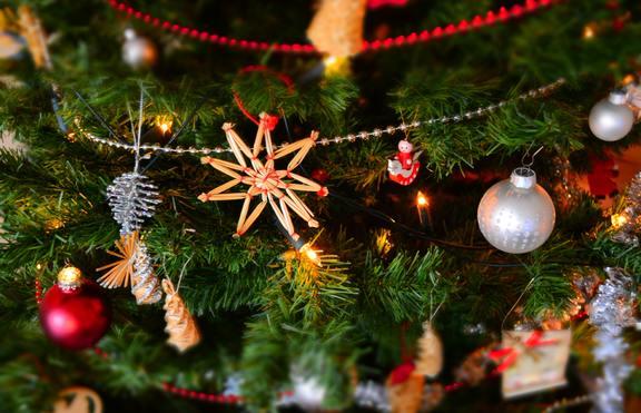 Сами на Коледа: Как да си създадете празнично настроение?