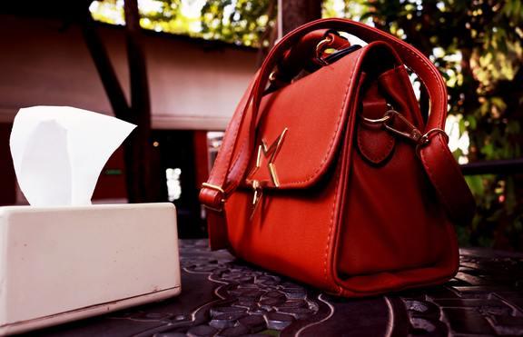 Предметите в чантата разнасят коронавирус - как да ги чистим?