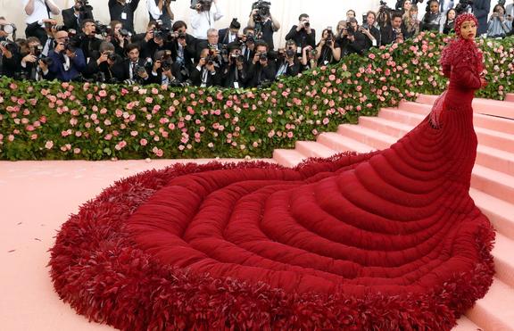 Хит или Шит: Карди Би се покри с флорален костюм в Париж